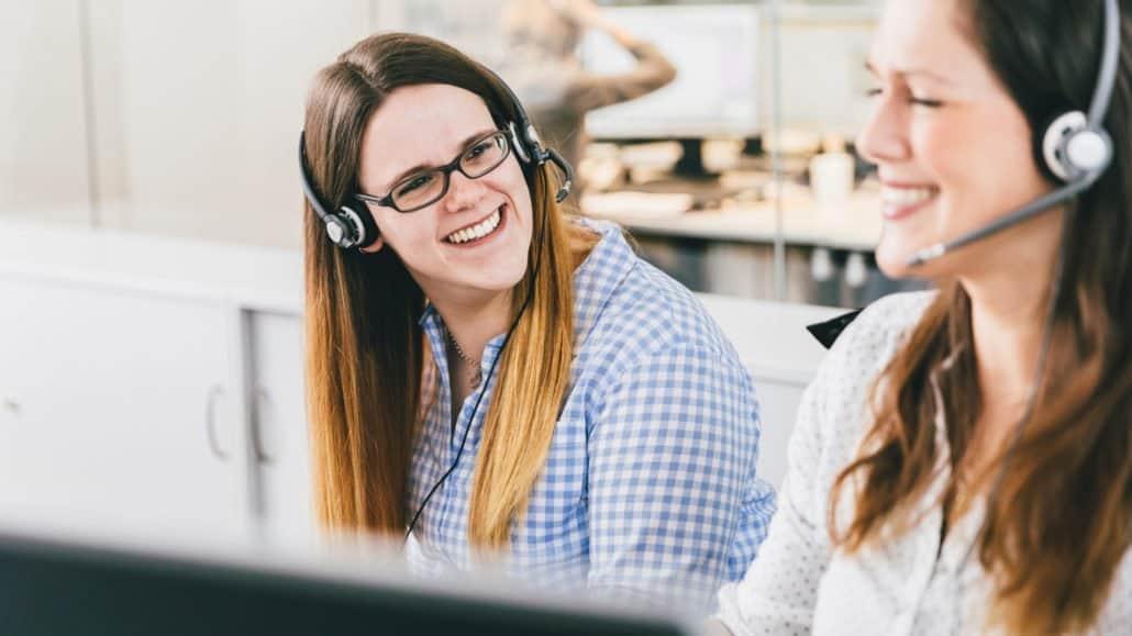 Julia und Melanie aus unserem Kundenservice sind gerne für Sie da.