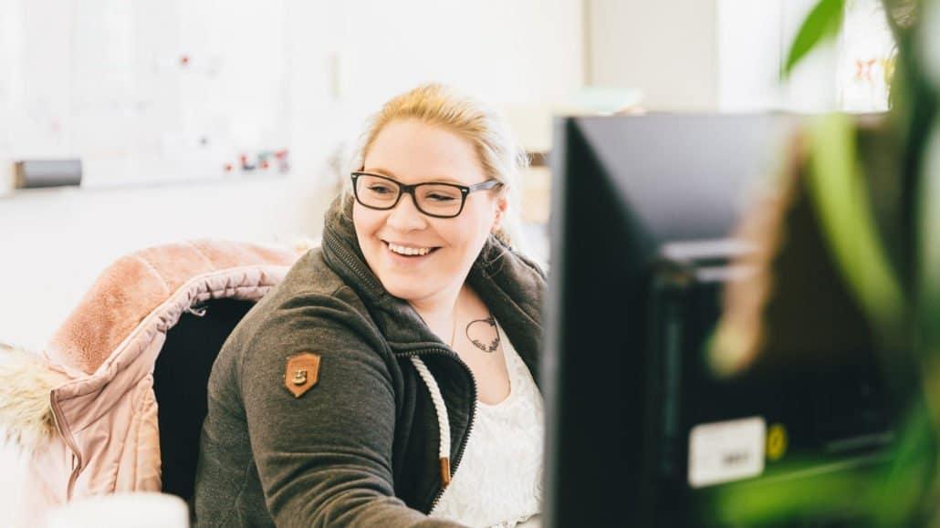 Alina prüft als Software-Testerin alle Dampsoft-Produkte auf Herz und Nieren.