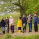Schulkinder und Naturparkführerin erkunden den Naturpark Schlei